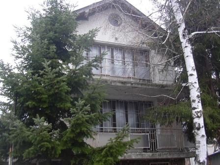 Продавам вила 3 етажа с двор