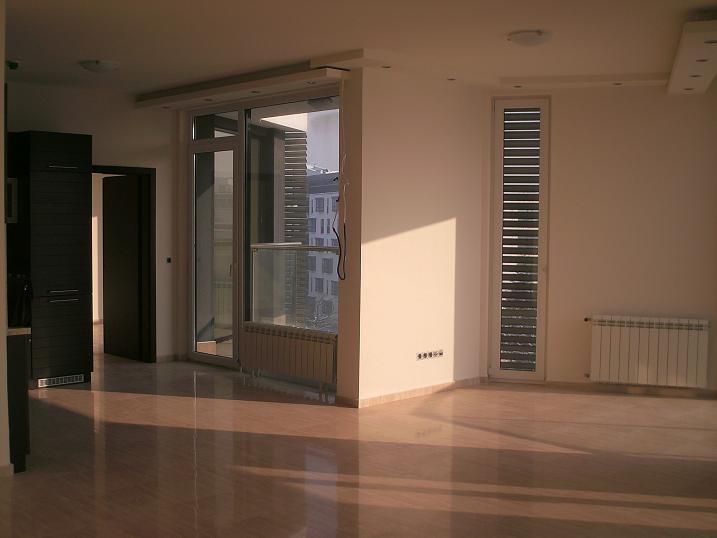 Отдава под наем тристаен апартамент бул. България
