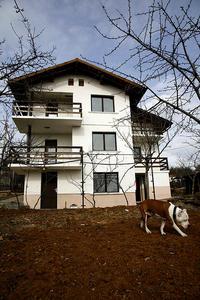 Нова завършена вилна къща, годна за целогодишно живеене