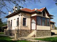 Продава се  масивна, напълно реставрирана и ремонтирана, двуетажна къща с много добре поддържано дворно място.