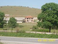 Имота се намира на добро стратегическо място на 100 метра от:ГЛАВЕН ПЪТ Е-79.Има възможност за окрупняване на имота защото и саседните имоти се продават!!!!!!!!!!!