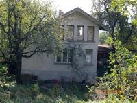 Двуетажна къща с 4дка. парцел в Троянският балкан