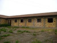 Продавам ферма-1000м/2 застроена площ -1990г строителство с прилежащи те и парцели и стопански двор.Обща площ 54330м/2.Наличие на инфраструктура,канализация,водоснабдяване и токозахранване.Възможност за продажба на отделни парцели.