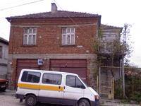 Двуетажна къща.Партер 2 магазина.Жилищен етаж-3 спални,хол и кухня с камина.