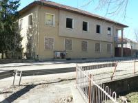 Двуетажна монолитна сграда в центъра на село,разположено само на 6 км от гл.път София-Русе и на 20 км от р.Дунав,Свищов