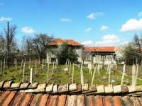 Хубав къща само на 1 км от гл.път София-Русе и на 30 км от р.Дунав,Свищов с голям двор