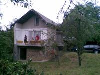продавам 2 кьщи с двор.една строена 1991г-обзаведена.2-рата вьзрожденска.здрава с 4 стаички,камина,огнище и покрита с плочи.
