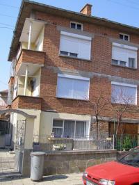 Продавам два етажа от къща в подбалакнското градче Сопот, напаълно самостоятелни с градина и гараж в много добро състояние