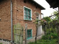 Къща на два етажа, тухла, двор с лозе, гараж, лятна кухня