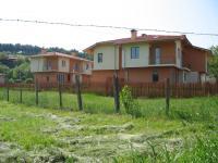 Къщите се намират в село Дебращица