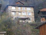 Триетажна къща с две стопански постройки.С прекрасна гледка към селото.