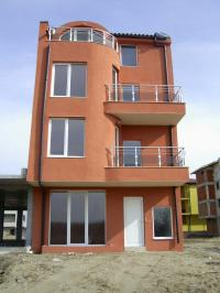Строителна фирма продава къща в Несебър с възможност за закупуване като отделни апартаменти и договаряне на цената.