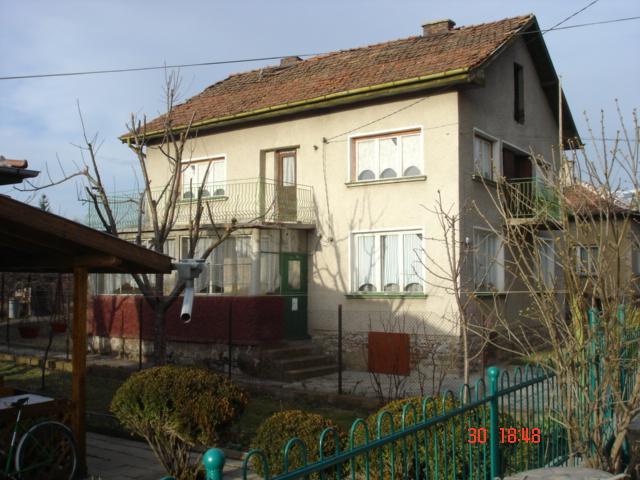 Продавам къща на 20 км от София, с.Студена, с РЗП 160 м2+80м2 мазе+таван, двор 600 м2, сутерен, два етажа и таван.