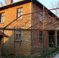 Продавам двуетажна къща в района на с. Царева Ливада, тухлена, с двор и отделна градина