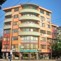 Давам под наем магазин в идеалния център на Пазарджик. В търговската зона. Магазинът е в перфектно състояние.