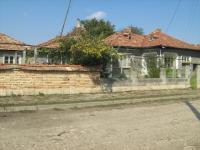 Запазена къща в центъра на голямо село