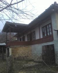 Продавам селска  къща с кьошк и 5000кв.м. двор  с орехи