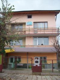 Продавам етаж от къща в центъра на Вършец, 136 кв.м., ново строителство, ток, телефон, вода, санинтарен възел, охрана, интернет, две тераси, пет стаи.