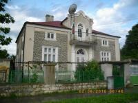 Продава се къща на 25 км от Варна гр.Девня център.2 етажа 200 м2 + тавански помещения и 2 санитарни възела-външен и витрешен.След ремонт с нов покрив външна мазилка и баня.Има прилежащи гараж,кладенец,стопански построики,траини насаждения