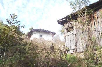 Продава стара къща в Априлци