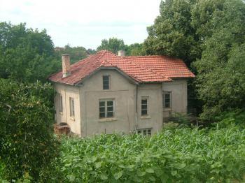 Двуетажна масивна къща в с. Върбица , общ. Плевен.
