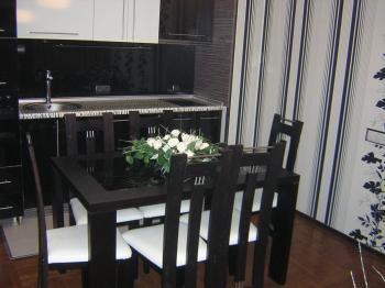 Дизайнерски обзаведен с поръчкови мебели апартамент, преустроен от двустаен на тристаен. В нов луксозен блок с лице на бул.