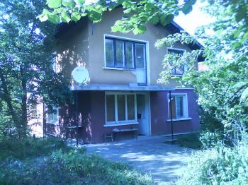 Масивна къща-близнак в с. Владая