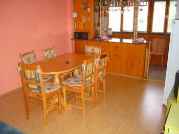 продавам апартамент.обзаведен,вътршна и външна изолация,климатици,вътрешни и външни щори и др.