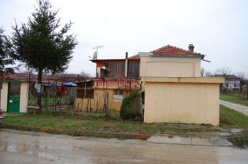 Стара къща 140 кв.м на 2 етажа, двор 600 кв.м, гараж, на главния път, близо до Варна, на 7км от кк Камчия