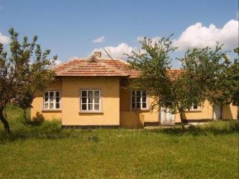 Продавам къща с 1800 кв.м двор на 15 км от морето и Балчик