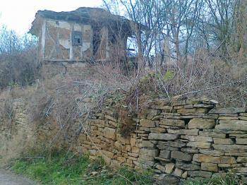 Продавам стара, двуетажна, полусаборена къща в УПИ