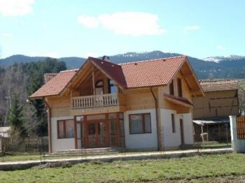 Предлагаме Ви обзаведена къща в село на 7км от ски курорта Боровец. При покупка на  този имот, собственикът предлага като бонус имот в село до Велико Търново.
