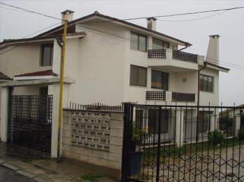 предлага под наем самостоятелна вила, разположена в района на м-ст Евксиноград.