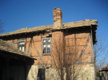 Двуетажна къща с дворно място 4 дка. с.Пет Могили, община Никола Козлево,област Шумен