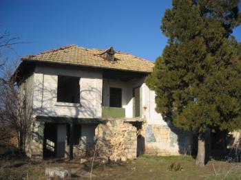 Двуетажна къща с дворно място 9 дка. с.Пет Могили община Никола Козлево област Шумен