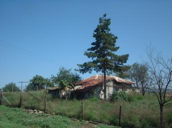 Продавам дворно място 500 кв.м. Бургаско-с.Извор,ток, вода,с жилищна постойка