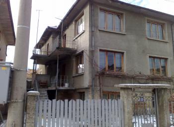Продавам двуетажна масивна къща с дворно място и призимен етаж в гр. Котел близо до парка Изворите.