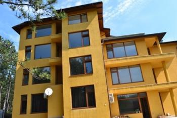 Жилищна сграда е в близост до гора, добра инфраструктура.