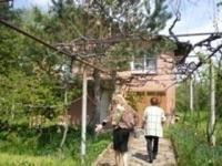 заменям къща с.Росен на 16км. от гр.Пазарджик, за гарсониера/боксониера/.Къща на 2етажа по 55кв.м.,тужла с плоча,двор 1декар засаден с овошки и градина.Строена 1980г.Има всички стр. документи.