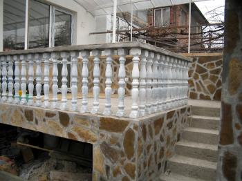 Продавам  ( или заменям за панелен / тухлен апартамент ) атрактивен първи етаж от двуетажна къща с двор в Стара Загора. 39 500 евро