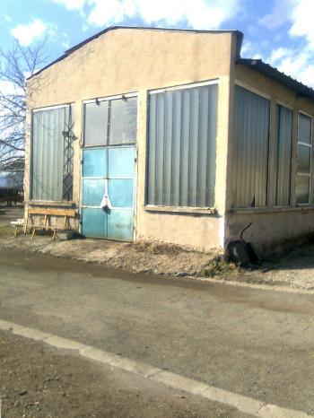 Продавам промишлено помещение и терен