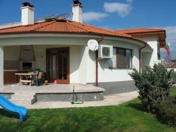 Къща с параклис /енергия и простор/ в полето, с гледка към Родопите, на 10 км. от Пловдив