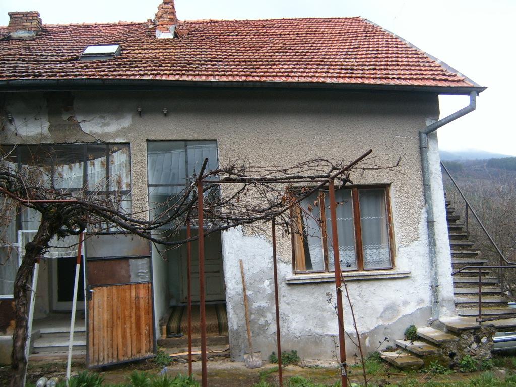 Двуфамилна къша с двор в с. Искрец