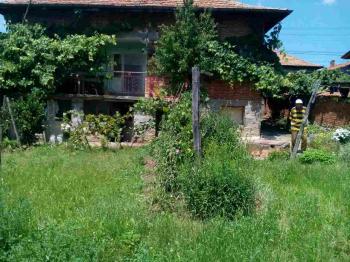 Продава се къща в центъра на село Чавдар-Софийско