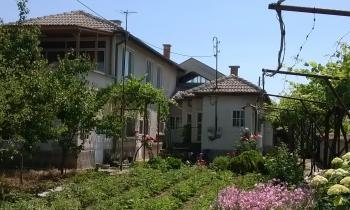 Продавам двуетажна масивна къща в село Цалапица,област Пловдив на 18 км от града