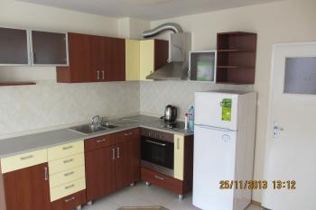 Апартаментът се състои от обзаведена кухня, хол и четири спални (не обзаведени), две бани и голяма тераса. Намира се в центъра на Бургас в близост до Операта, общината, пазара, училище и автобусна спирка.