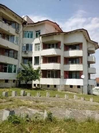Продавам двустаен тухлен апартамент в Гр. Средец на 25км от Бургас.Състои се от всекидневна,кухня,спалня и две тераси изцяло южно изложение, към него има прилежащи таванска стая 20кв.м и мазе 6кв.м.