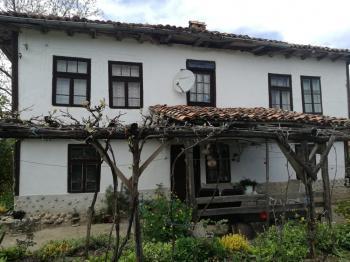 Двуетажна къща в село. Стойново с кладенец, двор и селскостопански постойки.
