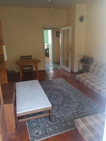 Продава просторен апартаменхол и две спални плюс кухня в Белово.